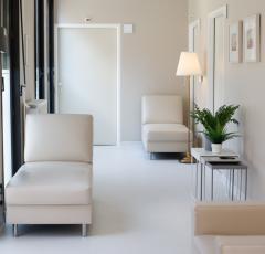 JUB prispeval barve za materinsko in očetovsko sobo v ljubljanski porodnišnici